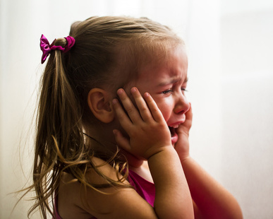 泣きわめく少女